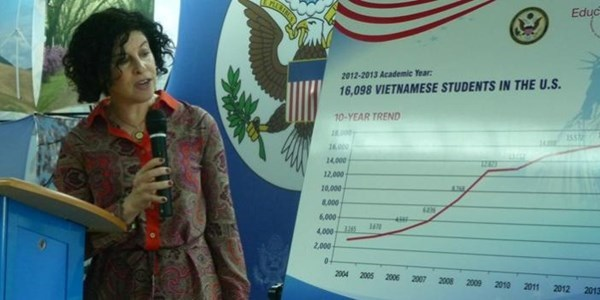 Bà Rena Bitter - Tổng Lãnh sự Hoa Kỳ công bố số liệu mới nhất của Open Doors về số lượng du học sinh Việt Nam tại Mỹ (Một Thế Giới)