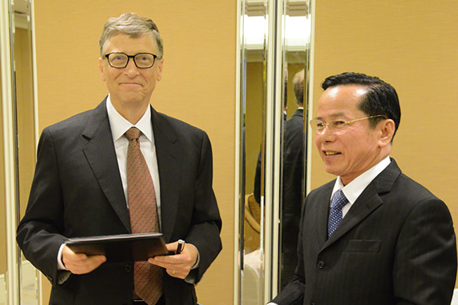 Bill Gates and Le Van Kiem share a moment.  Photo courtesy of Forbes
