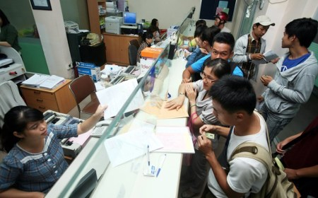 Students pay tuition at HCMC University of Industry. Photo: Dao Ngoc Thach (Courtesy of Thanh Nien News)